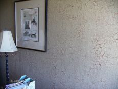 A special crackle effect make these Chic style walls unique